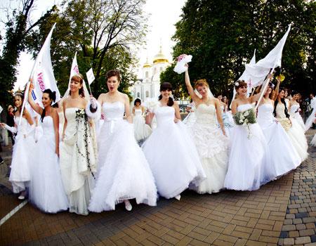 Театрализованное шествие невест ко дню рождения Владивостока.