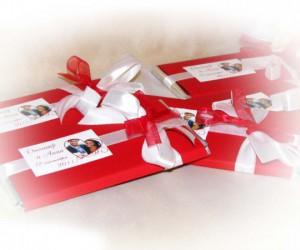 Свадебный шоколад. Вместо обычной обертки изготавливается индивидуальная под тематику свадьбы, декорируется лентами стразами, резными элементами дизайнерской бумаги.