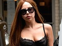 Леди Гага гуляет по Нью-Йорку в нижнем белье!