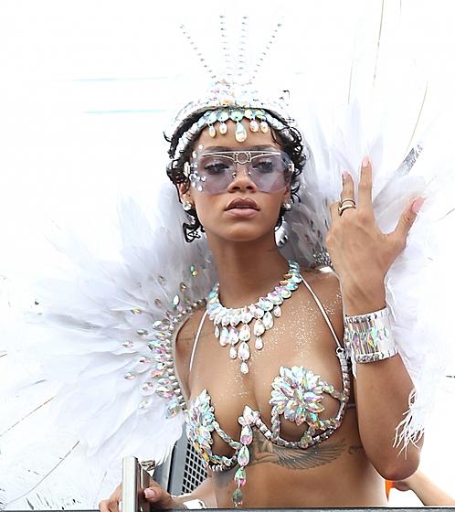 Певица Рианна обнажилась на карнавале!