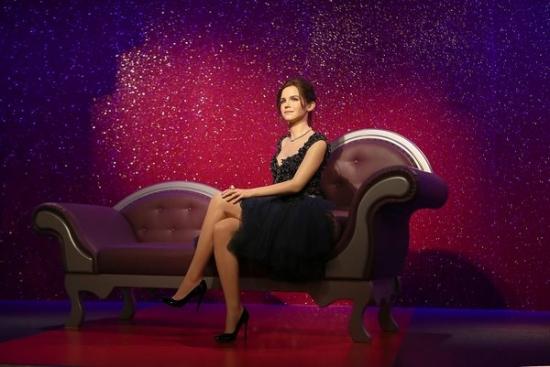 Эмма Уотсон примеряет вечерние платья известных дизайнеров!
