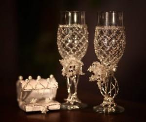 Свадебные бокалы и сундучок для колец. Автор: Дарья Шешукова 8-912-994-49-08, 73-63-73 Материал: бисер, рубка, гранат, майорка.