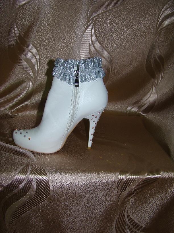 Аренда карнавальной обуви женской, ботинки Снегурочки, лапти, обувь индейская,