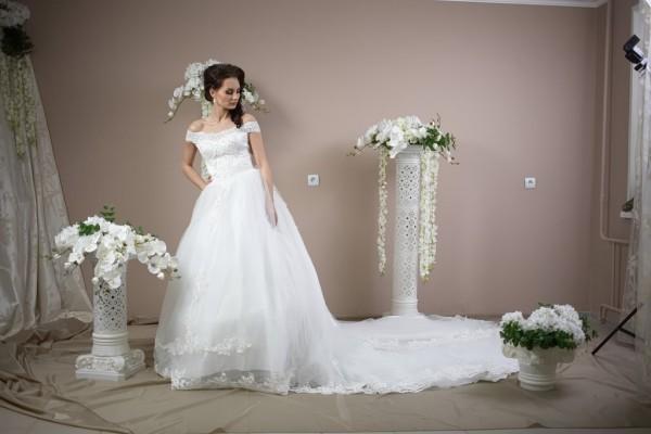 Шикарное пышное платье с 2-м шлейфом