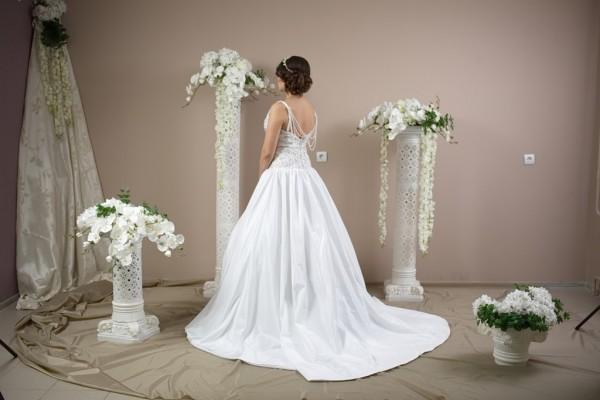 Красивое платье с великолепным вырезом для декольте и жемчугом по спине