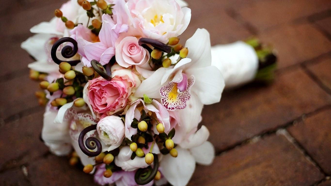 Свадебные букеты лета-2016: в моде небрежность и ассиметричность